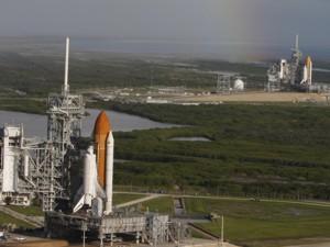 El transbordador Atlantis (al frente) espera en la plataforma A y el Endeavour en la B del Kennedy Space Center de la NASA en Florida