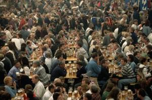 Muchadumbre tomando cerveza en la Oktoberfest