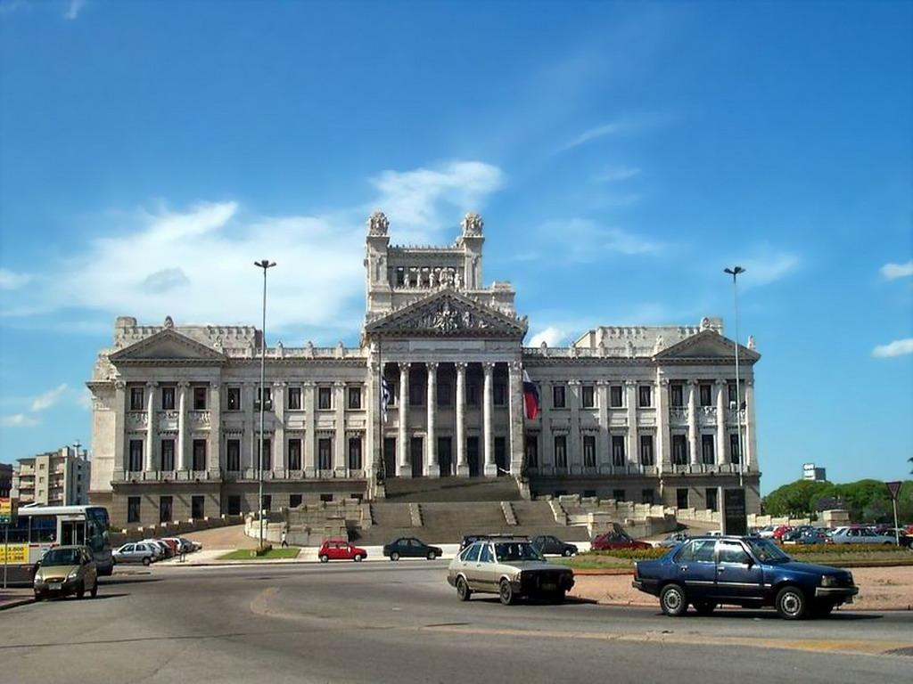 http://federicodelossantos.com/fede_blog/wp-content/uploads/2009/09/palacio-legislativo.jpg